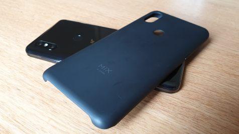 Le Xiaomi Mi Mix 3 5G et sa coque.