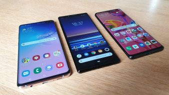 Le Sony Xperia 1 encadré par les Samsung Galaxy S10+ et Huawei P30 Pro.