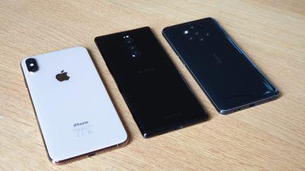 Le Sony Xperia 1 encadré par l'iPhone X XS Max et le Nokia 9 Pureview.