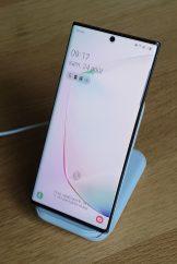 Le support de chargement sans fil exploite la charge rapide sans fil 2.0 pour une puissance effective de 15W pour les Note 10, selon Samsung.