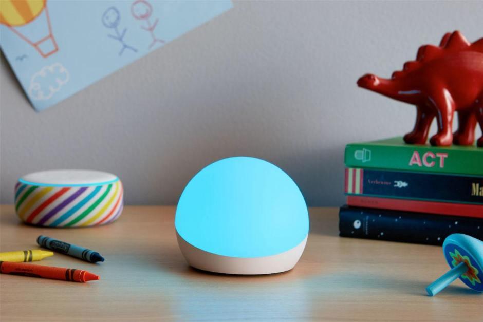 Avec Amazon Echo Glow, Alexa est à votre écoute dans votre chambre à coucher...