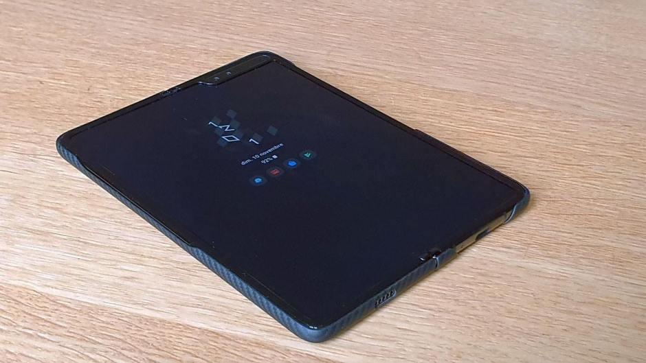 Le Samsung Galaxy Fold dans sa coque en Kevlar.