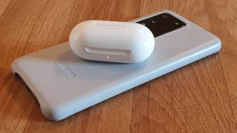 L'écrin des Samsung Galaxy Buds+ se recharge sur un Galaxy S20 Ultra 5G.