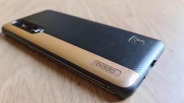 L'Oppo Find X2 Pro Lamborghini Edition et sa coque de protection.