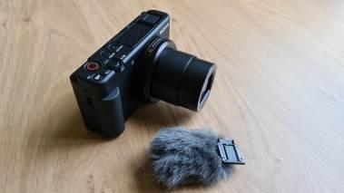 Le Sony Vlog ZV-1 et sa bonnette fournie.