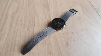 Huawei Watch GT2 Pro et son bracelet en cuir.