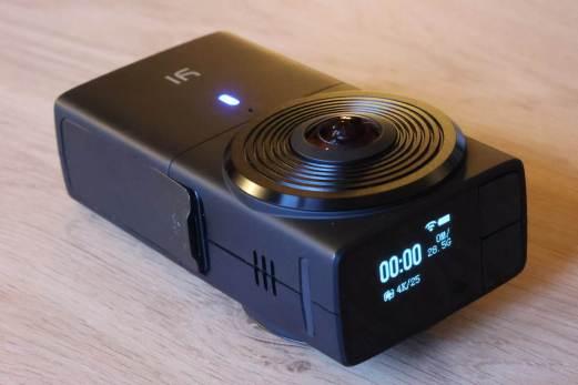 La caméra Y1 360 4K possède un petit affichage.