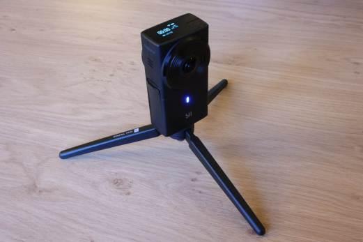 La caméra Y1 360 4K sur son trépied.