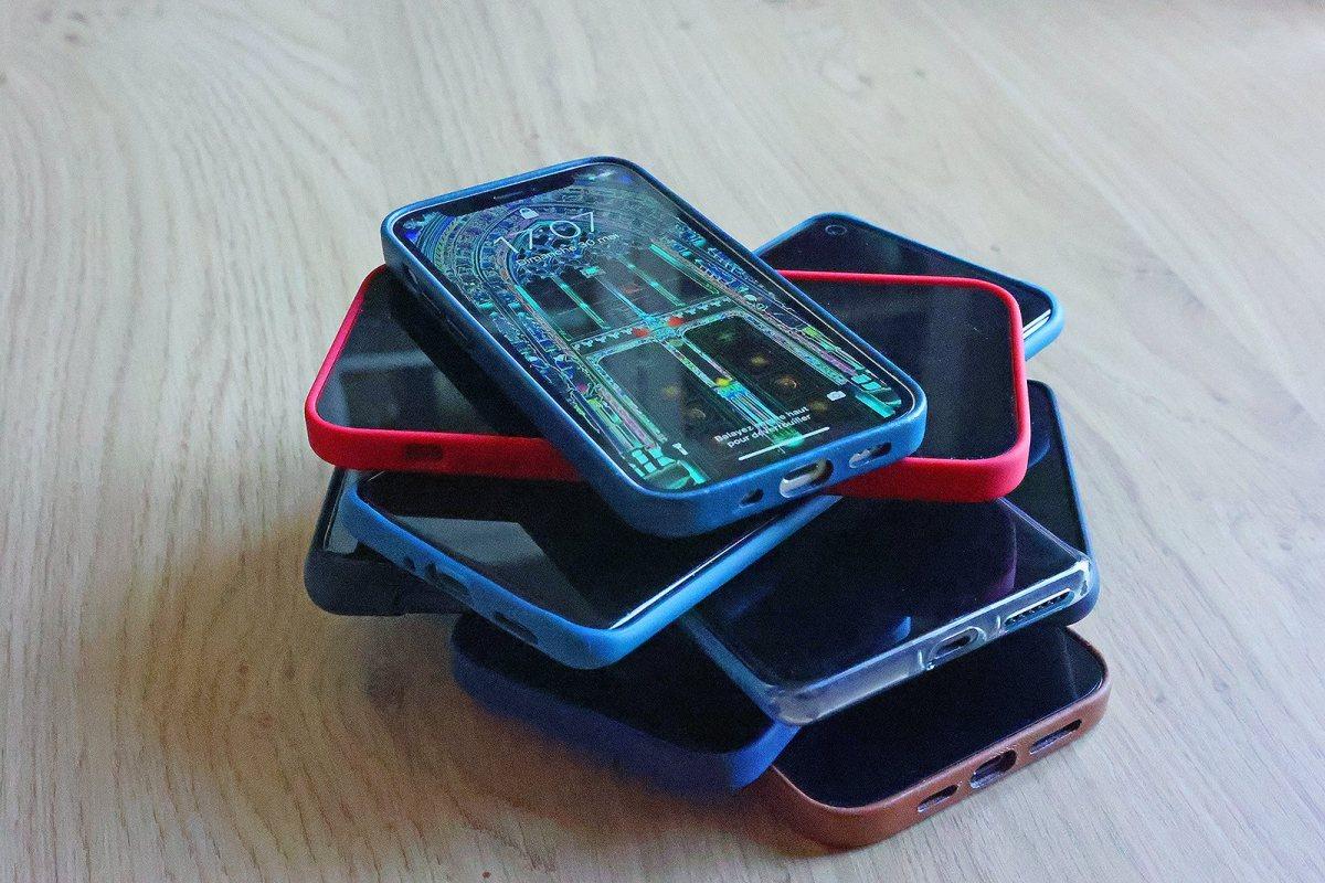 Une pile de smartphones.