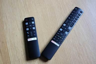 TCL 55C825X1: deux télécommandes.
