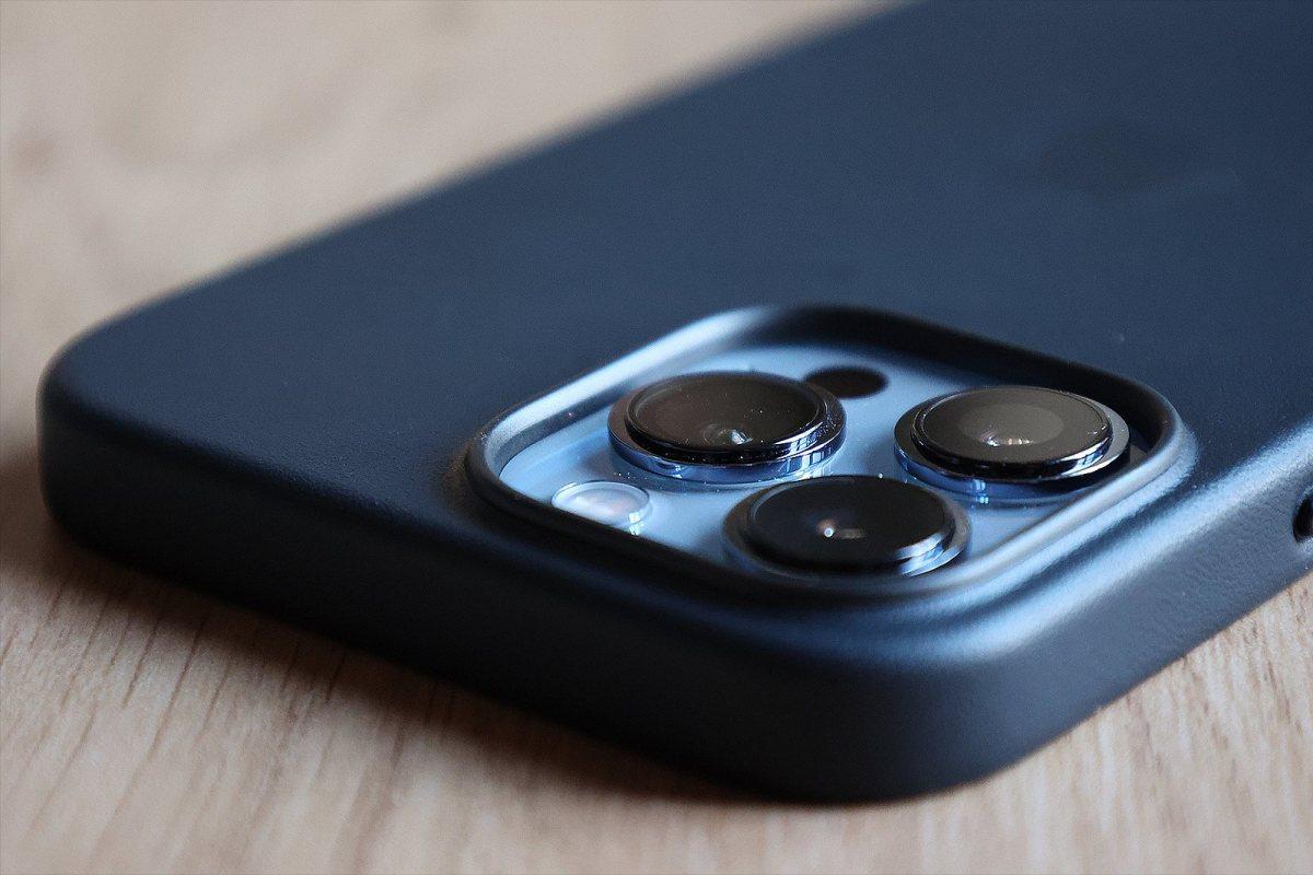 L'Apple iPhone 13 Pro Max bleu et sa coque en cuir noir.