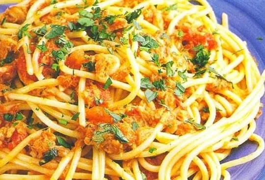 Σπαγκέτι με σάλτσα τόνου