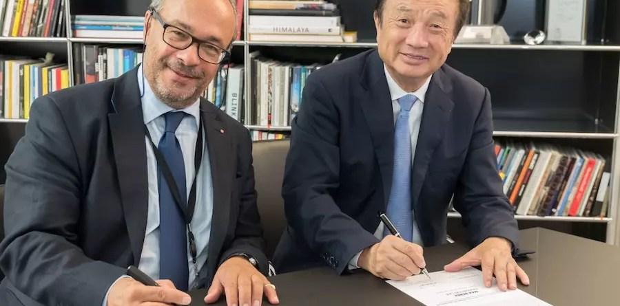Ο Ren Zhengfei, CEO της Huawei (δεξιά) και ο Δρ. Andreas Kaufmann, βασικός μέτοχος και Πρόεδρος του γνωμοδοτικού συμβουλίου της Leica Camera AG, υπογράφουν τη συμφωνία ίδρυσης του Εργαστηρίου Καινοτομίας Max Berek.