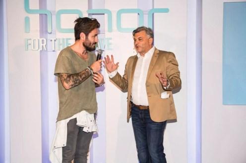 Δεξιόστροφα, Ο ήρωας του brand Honor στην Ελλάδα Γιώργος Μαυρίδης με τον Πέτρο Δρακόπουλο, Country Marketing Manager της Huawei