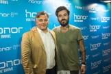 Ο Country Marketing Manager της Huawei Πέτρος Δρακόπουλος μαζί με τον ήρωα του brand Honor στην Ελλάδα Γιώργο Μαυρίδη