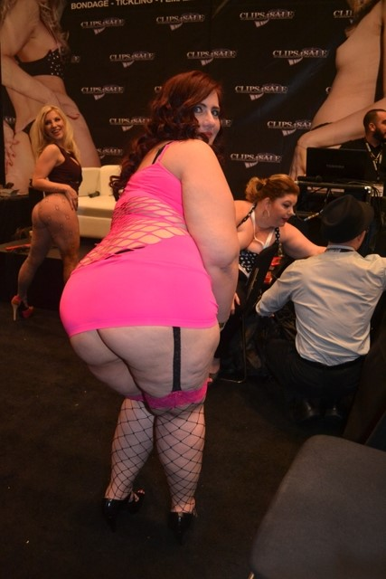 Dangerous CurvesXCritic Visits Some Hot Heavyweight Hotties At AEE 2014