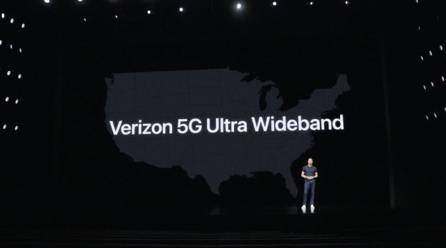 Apple iPhone 12 5G etkinliği - En yüksek 5g hızlarını sergilemek için sahnede Verizon Ultra geniş bant logosu
