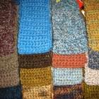 Tejen la bufanda más larga del mundo en beneficio de los enfermos de cáncer.