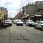 Transportistas bloquean calles por invasión de ruta en Huajuapan