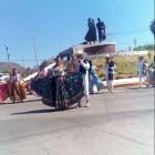 Colocan estatua de la pareja del Jarabe Mixteco