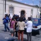 Se registra conflicto entre taxistas y vecinos por disputa de estacionamiento en calle Madero