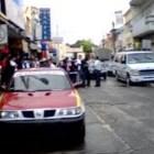 Directivos y padres de familia exigen remover a taxis y ambulantes en calle Colón