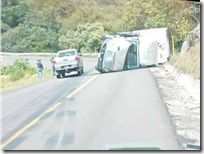 Seguridad Pública Camión de carga sufre volcadura en Yanhuitlan