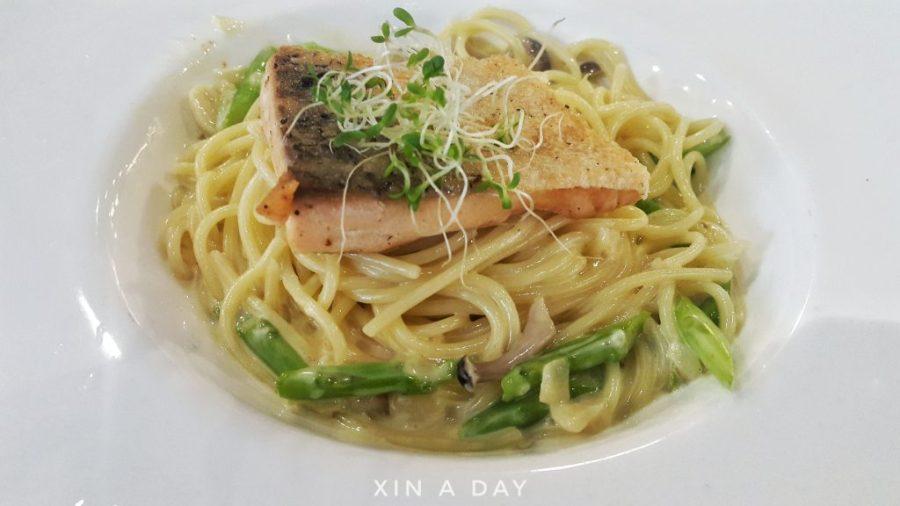 Pan Fried Salmon with Creamy Sauce Pasta 香脆三文鱼奶油意大利面 (RM20.90)
