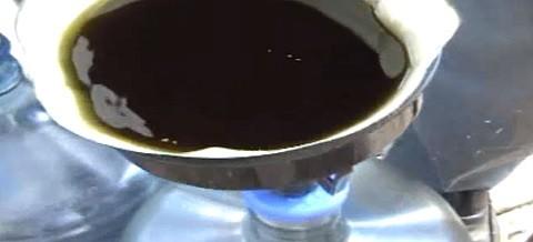 סינון שמן קנאביס רפואי דרך פילטר קפה
