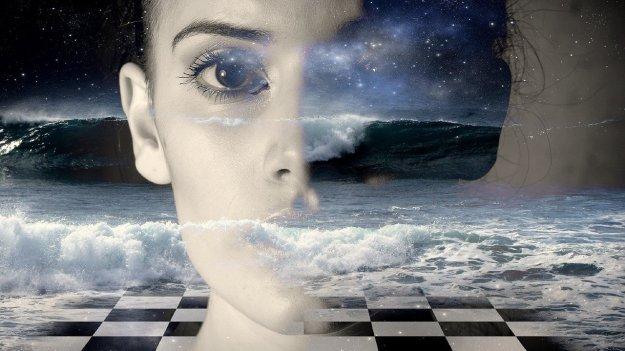 מבט של אישה ניבט מהים - מפחיד
