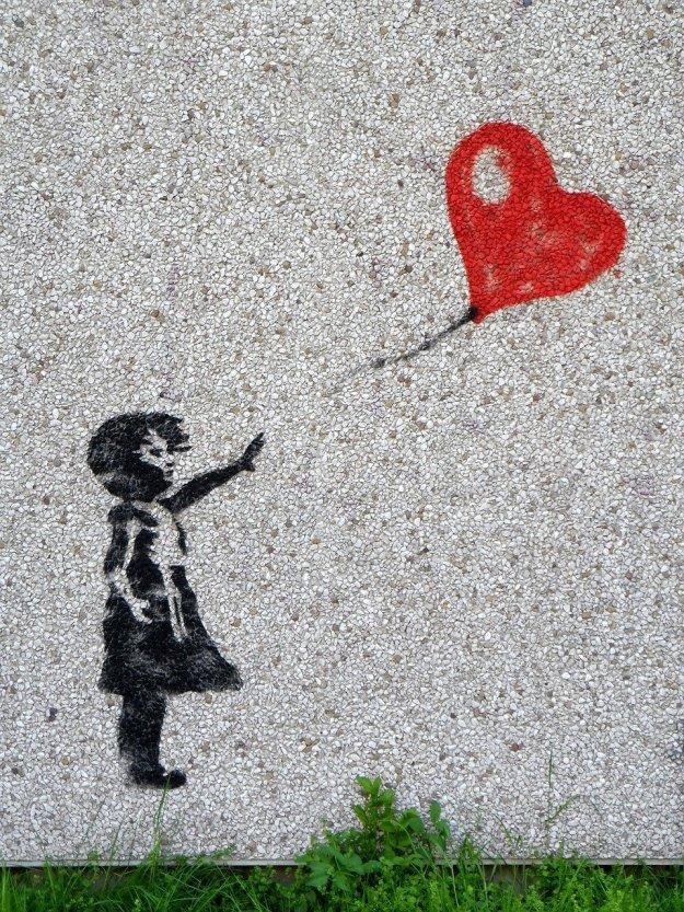 ילדה עם בלון ולב עם חור