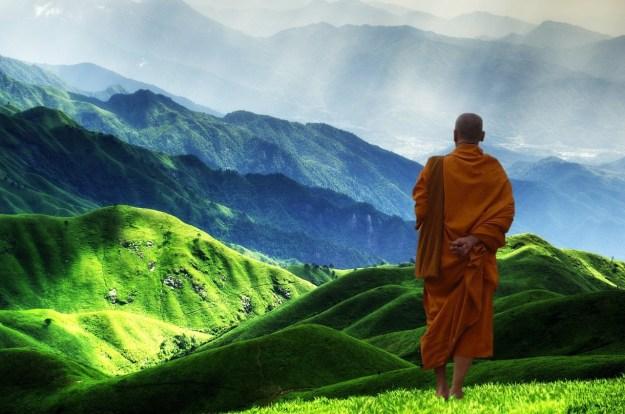בודהיסט מסתכל לאופק