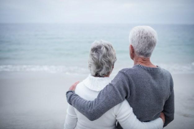 זוג מבוגר מתחבק ומסתכל לים
