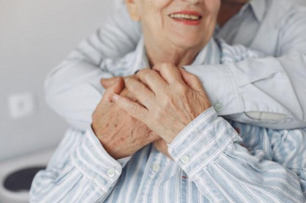 אישה מבוגרת מחובקת מאחור