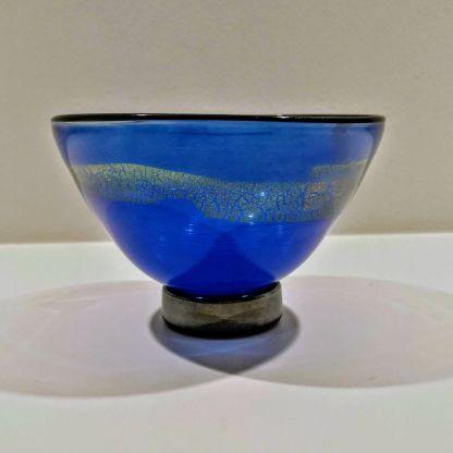 Blå glasskål med gulddekoration
