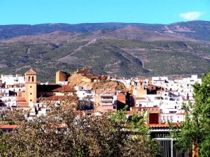 centro-de-finana-con-la-iglesia-parroquial-mudejar-granadino-s-xvi-y-las-ruinas-de-la-alcazaba-medieval