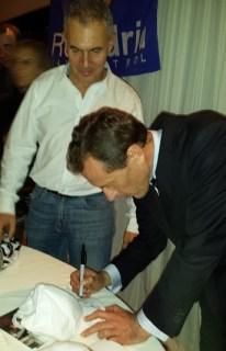 emilio butragueño firmando gorra con ñ de españa