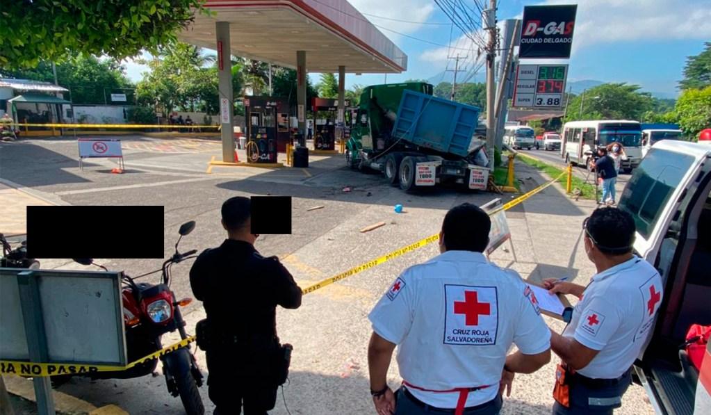Grave accidente de tránsito en carretera Troncal del Norte, una rastra se estrelló dejando dos personas fallecidas.