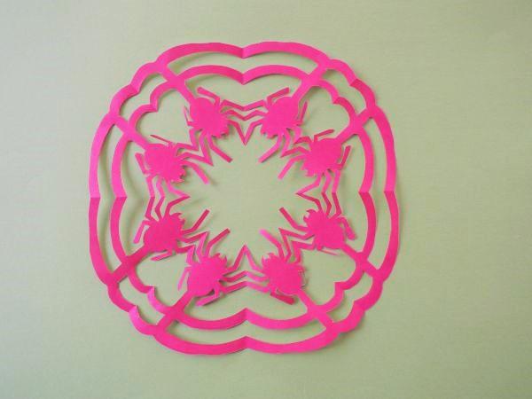 折り紙で作るクモのつながる切り絵|ハロウィンの飾り付け
