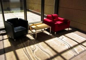 参考になるおうちカフェインテリア 赤いソファと黒いソファのコントラスト