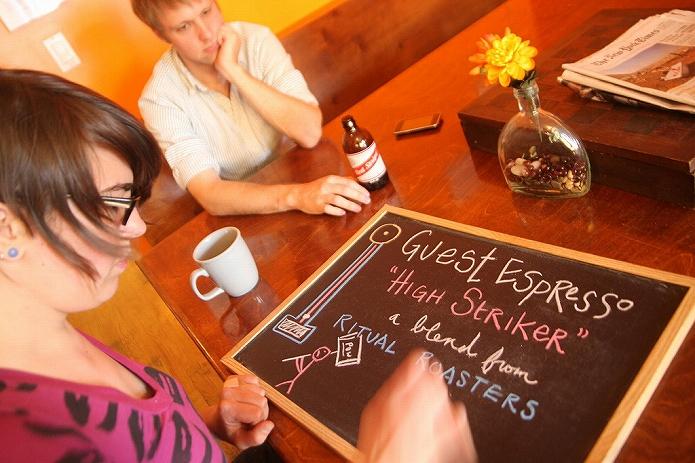カフェメニューボードを書いている画像も 海外のおしゃれな黒板メニューボード001