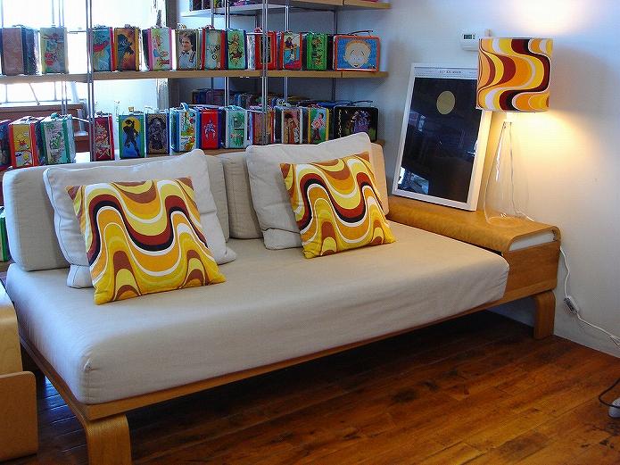 色味バランスで魅せるソファのあるお部屋インテリア006