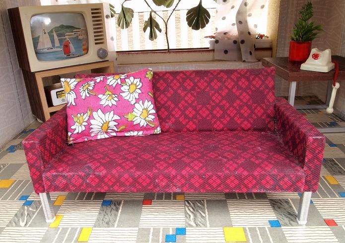 色味バランスで魅せるソファのあるお部屋インテリア011