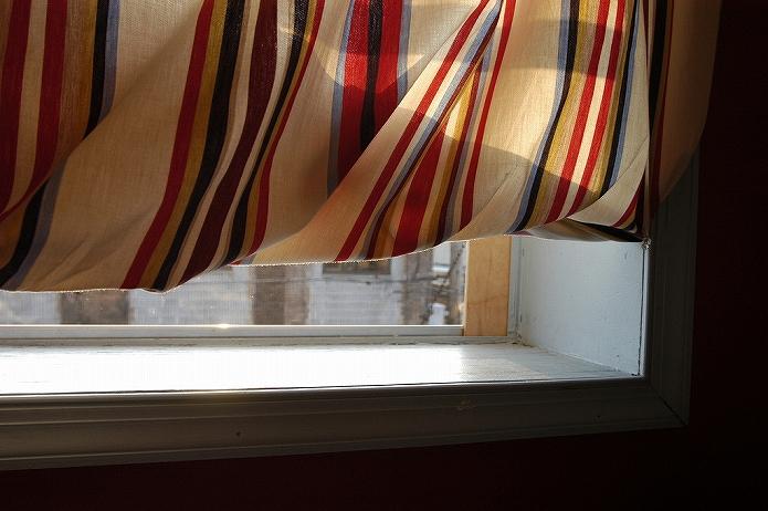 ストライプカーテンで窓際を飾る