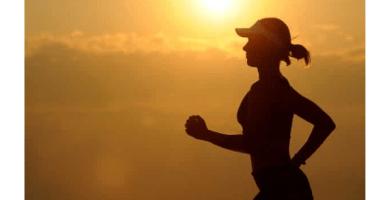 mujer runningmujer corriendo a la puesta de sol