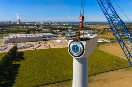Luftbild der Errichtung einer Windenergieanlage Generator bzw. Triebstrang Montage