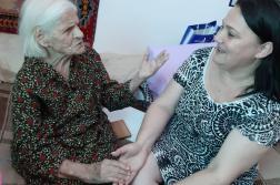 Диана Овчарова посети столетницата Тодора Зафирова