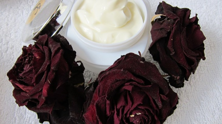 Beauty cream sorrounded by red roses