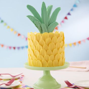 Pineapple brushstroke trendy cake ideas for new beginner bakers. I love decorating cakes and this new brushstroke trend is so cool! These cake ideas are genius and so easy to make for beginner bakers! It so simple to decorate these cakes! Very cool technique! Saving for later!
