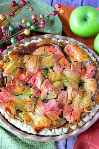 6 bold and beautiful pie crusts to make thanksgiving desserts. 6 Brilliant Pie Crust Designs: I love these designs! I love making pies but sometimes they are really hard to make and I feel like I am making the same classic traditional pies every year! I needed some much inspiration for crust designs and a good recipe. This is a must see to for home bakers this thanksgiving! Pinning for later!